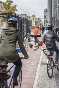 Fahrradfahren in der Stadt. Hier: Invalidenstraße, Berlin-Mitte. Berlin, 13.10.2015